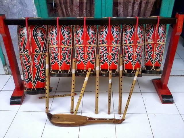 Gondang (single headed drum) adalah salah satu alat musik Batak Toba, yaitu satu buah gendang yang lebih besar dari taganing yang berperan sebagai pembawa ritem konstan mau pun ritem variable. Instrumen ini sering disebut sebagai bass dari ensambel gondang sabagunan.      Gondang Batak    Pada Umumnya Alat musik ini,Akan Selalu Di pakai dalam Upacara Adat Batak,baik dalam menikah,Pahehe saring-saring maupun di saat Mangongkal Holi,atau Di perayaan Horja Batak.    instrumen Gondang Batak ini memang sangat Unik apalagi Digabungkan dengan Alunan Seruling,Sampai dilengkapi dengan Sarune dan Garentung.    Untuk Menyempurnakan Suaranya biasanya akan dipadukan Dengan Keyboard yang mengarah pada semi Uning-uningan Modren suku Batak,yang sudah Banyak di gunakan di era sekarang.    Dalam Video yang Di Ambil Dari Postingan YouTube:Musik Gondang Batak Modren Dimainkan Boru Batak Terlihat Boru Batak Ini Sangat Lihai Memainkan Musik Tradisional Suku Batak tersebut,hingga Perform dan Tampil Pada Perayaan Adat.        Biasanya Musik Tradisional Batak kebanyakan Dimainkan Oleh Orang Dewasa,karena lumayan sulit dalam mengikuti oktaf Pada Instrumen Uning-uningan Musik Batak.    gondang batak adalah salah satu contoh alat musik tradisional yang sumber bunyinya berasal dari Taganing,Hadapi,Dan Odap.