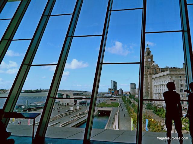 Pier Head e o Rio Mersey vistos do Museu de Liverpool