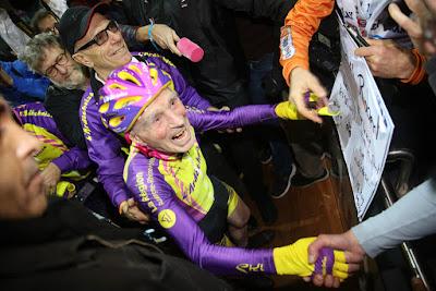 Robert Marchand fête sa réussite de vitesse à vélo