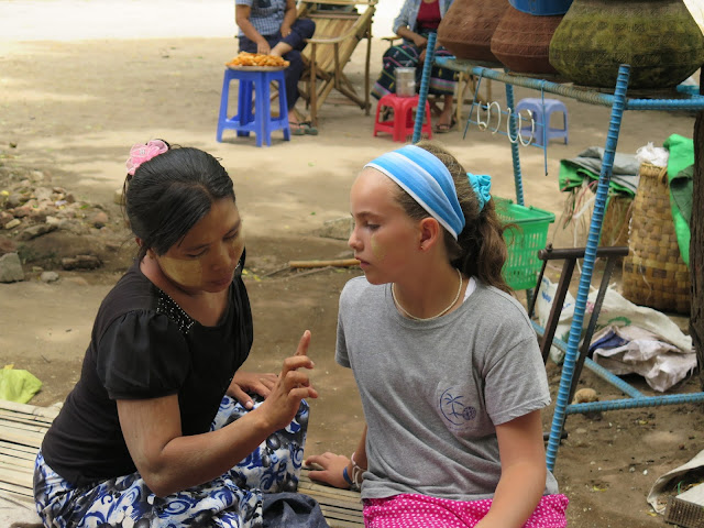 Mujer birmana aplica thanaka a Macarena