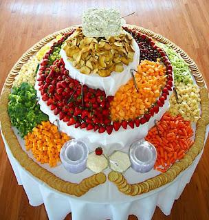 buah dan sayur disusun rapi di buket meja