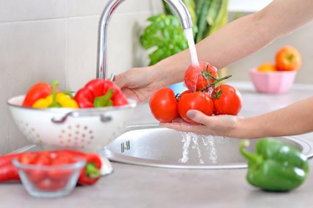 ¿Puedo enfermarme de coronavirus si no lavo la comida?