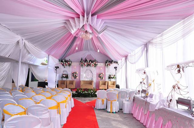 Dekorasi tenda dan pelaminan elegan untuk resepsi pernikahan di rumah