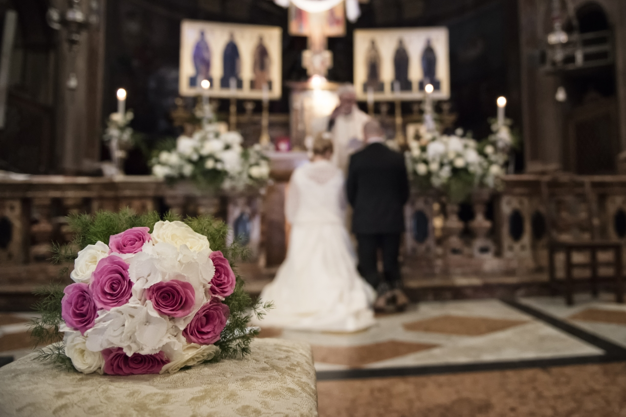 allestimento chiesa matrimonio rosa