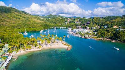 Anse de marigot Bay avec ses bateaux à son port et son paysage verdoyant. Située à l'ouest de Sainte Lucie.
