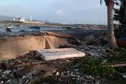 Ombak Air Laut Pasang Porak Poranda Tanggul Tua Di Pantai Majapahit Selayar