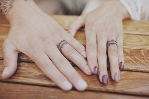 Mais uma vez, vemos faixas de casamento, no entanto, essas bandas utilizam sombreamento para criar um mais elaborado, a imagem em preto e cinza tatuagem conjunto.
