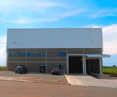 A fachada do empreendimento é mista de alvenaria e estrutura de concreto armado com fechamento superior de telhas e estrutura metálica.