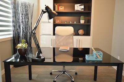 مكتب وكرسي وأدوات مكتبية مع إضاءة هادئة
