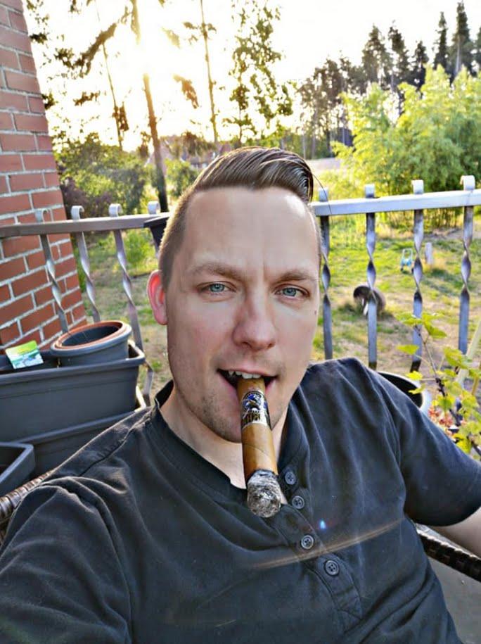 Cigar Smoking Hunks: RANDOM CIGAR SMOKERS FROM ALL OVER
