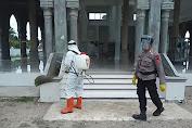 Brimob Kompi 4 Batalyon B Pelopor Semprotkan Disinfektan di Mesjid Baitul Manan Lhoksukon