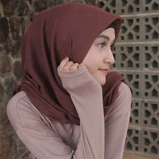 Indah Purnama Sari Berjilbab