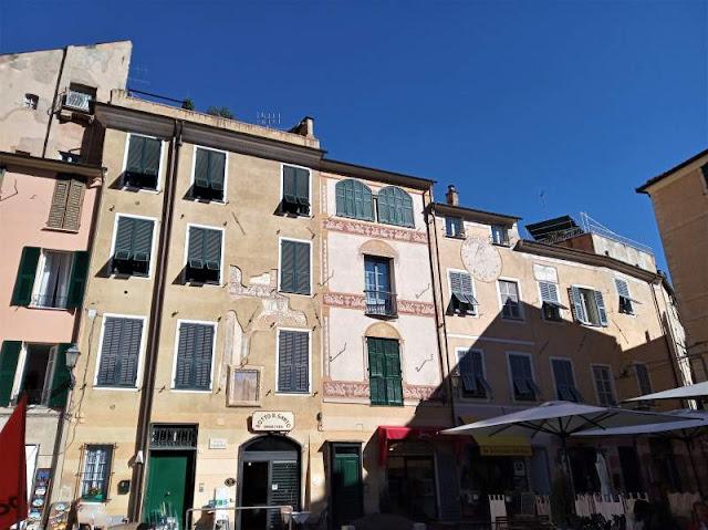 edifici storici in Piazza Garibaldi a Finalborgo