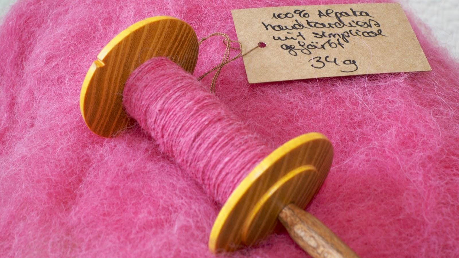 Wolle färben mit simplicol – fuchsia-pink gefärbte Alpaka-Fasern versponnen mit der Handspindel