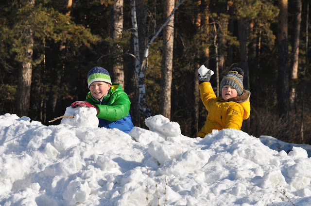 Защищая снежную крепость