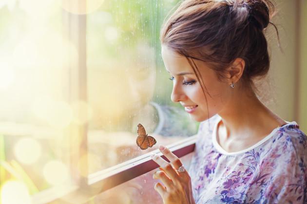 Moça Bonita com uma borboleta