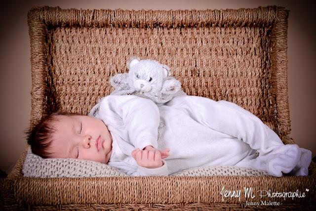 portrait bébé allongé dans malle en osier, photo naissance vendée 85