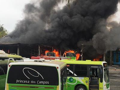 Ônibus pegam fogo em garagem da empresa em Registro-SP