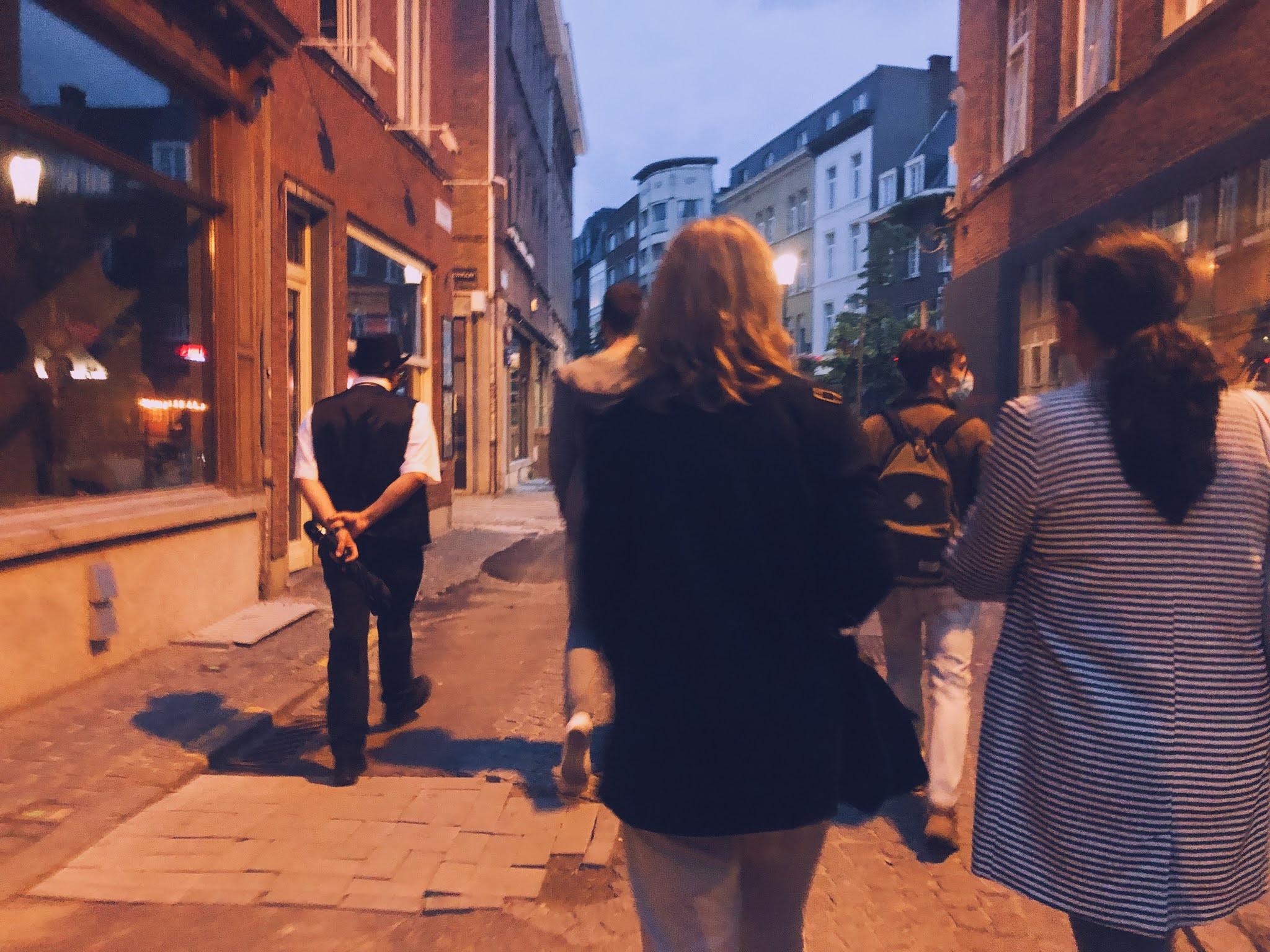Mensen die Antwerpen verkennen via een Antwerpse spookwandeling.