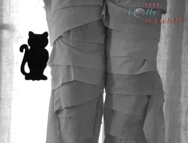 particolare pantaloni per costume mummia