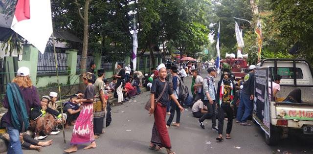Ratusan Pendukung Habib Bahar Bin Smith Kepung PN Bandung