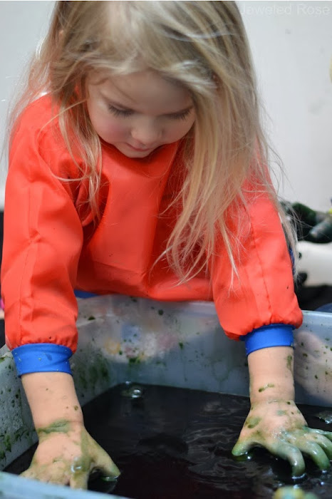 Wow kids of all ages and make mud that fizzes and bubbles! #fizzingmud #mudactivitiesforpreschool #mudrecipeforkids #howtomakemud #cleanmudrecipe #growingajeweledrose