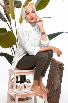 contoh pose foto model duduk manis dan seksi di atas kursi