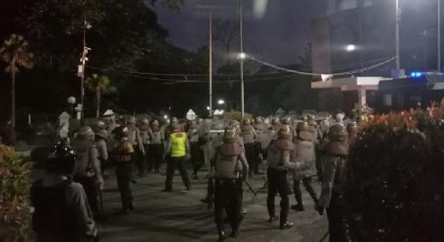 Gedung DPRD Jabar Mencekam, Polisi Dilempari Batu dan Petasan