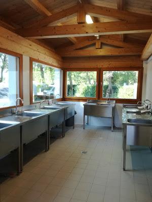 Spazio adibito al lavaggio stoviglie nel camping