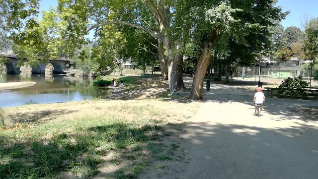 Caminhar no Parque al lado do Rio Ave