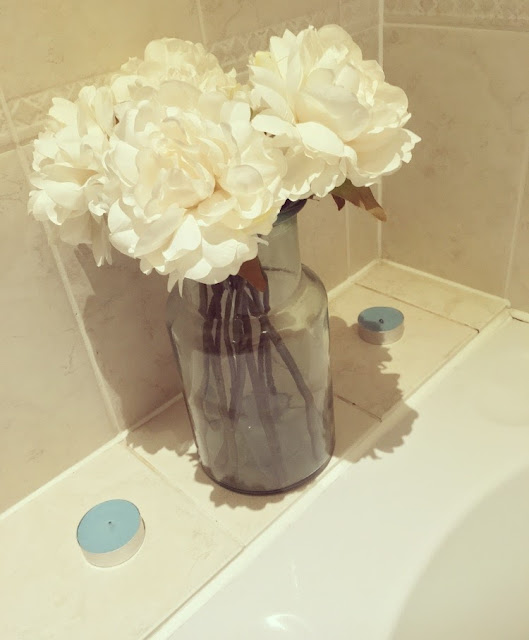How to give your small bathroom a quick, simple and budget-friendly makeover, using accessories only. featuring tips on how to maximise space, incorporate storage into your interior design, and how small can still be stylish.