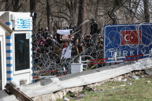Έβρος: Σε επιφυλακή Στρατός και Αστυνομία- Πληροφορίες κάνουν λόγο για 6.000 μετανάστες στα σύνορα