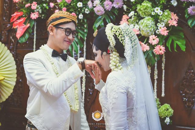 foto pasangan pengantin, pengantin perempuan mencium tangan pengantin pria