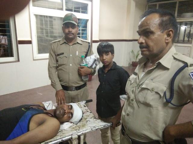 बड़ी खबर: रेत माफिया ने आरक्षक को फरसा मारा, SI पर ट्रेक्टर चढ़ाने का प्रयास | karera News