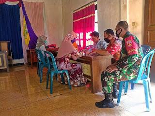 Babinsa Desa Karangnongko Monitoring Bansos Program JPS Non Tunai