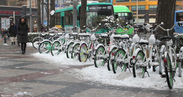 Bicicletas de alquiler bajo la nieve