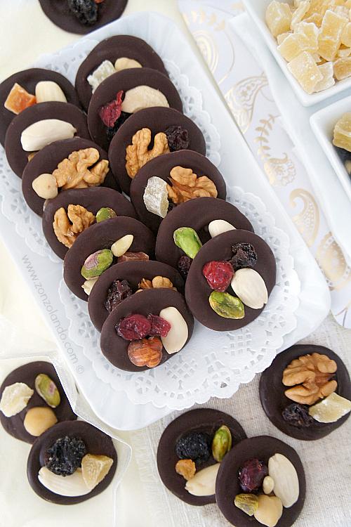 Mendiant fatti in casa cioccolatini con frutta secca ricetta - dried fruit chocolates recipe dolcetti natalizi francesi