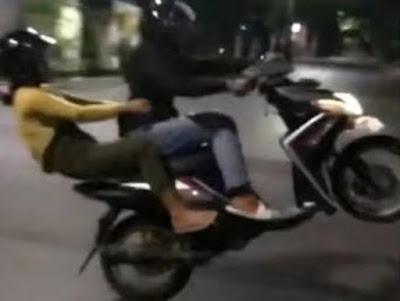 Video Aksi Freestyle Muda-Mudi Boncengan Motor Viral, Polisi Lakukan Ini