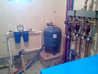 Фильтры и расширительный бак на входе воды в дом