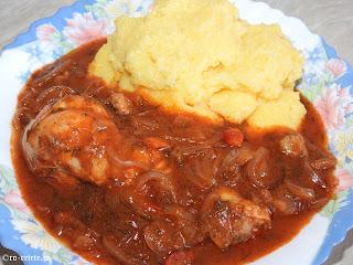 Tocanita de pui cu mamaliguta reteta de casa taraneasca cu ceapa ardei si sos tomat de bulion retete mancare tocana tocanite traditionale romanesti,