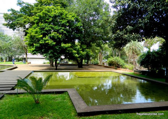 Espelho d'água em jardim projetado por Burle Marx na Quadra 308 Sul de Brasília