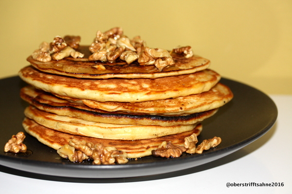Pfannkuchen  mit Walnuss, Apfel, Zimt und Ahornsir
