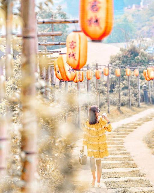 """Vừa được mệnh danh là """"Phượng Hoàng Cổ Trấn"""" vừa được gọi là """"Sapa của đất Thái"""", thế nên đủ hiểu Ban Rak Thai cuốn tim du khách nhiều đến độ nào rồi! Thề luôn là nếu muốn tìm một nơi vừa an yên, vừa có nhiều cảnh đẹp, lánh xa bao bộn bề cuộc sống mà lại có thể nổi bật giữa hàng loạt địa điểm quá quen mặt ở Thái Lan, thì Ban Rak Thai là sự lựa chọn không thể nào tuyệt vời hơn!"""