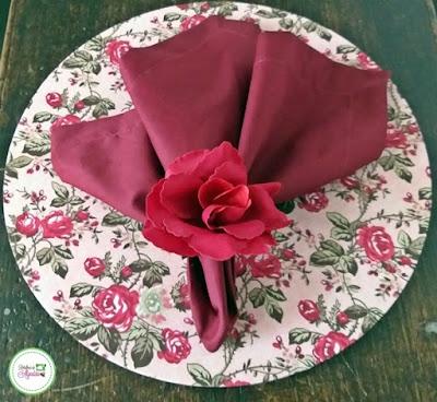 Linda capa com estampa de flores para sousplat de mdf, guardanapo e argola de guardanapo