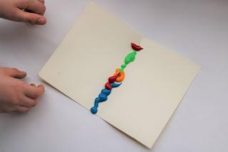 Folha com bocados de tinta de várias cores no meio