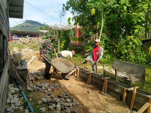 Babinsa Posramil Peusangan Selatan Gotong-Royong Membuat Saluran Air