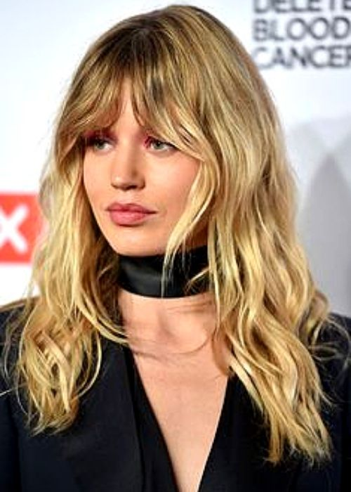 Flattering Hairstyles for Oval Face - Wavy long bangs