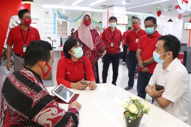 Direktur Consumer Service Telkom FM Venusiana R (ketiga dari kiri) berbincang dengan pelanggan yang mengunjungi Plasa Digital Telkom di Jalan Pahlawan Semarang dalam menyambut Hari Pelanggan Nasional 2020, Jumat (4/9). Dok Telkom