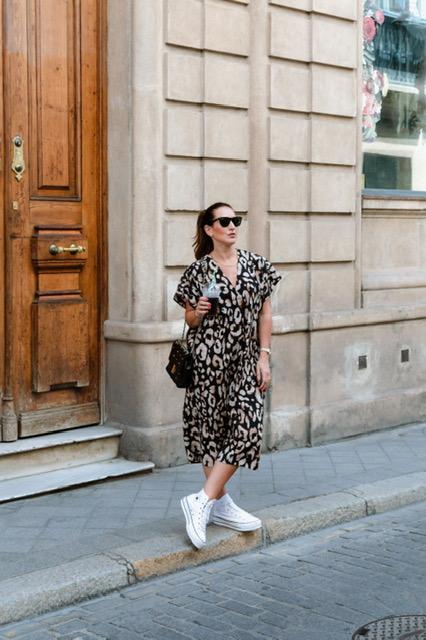 Fashion South con vestido de animal print de hm y gafas Rayban