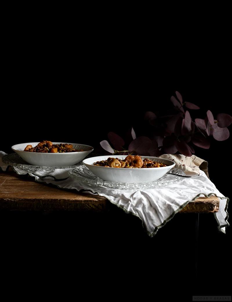 Plato de lentejas cocinadas con gambas alcachofas y calabaza